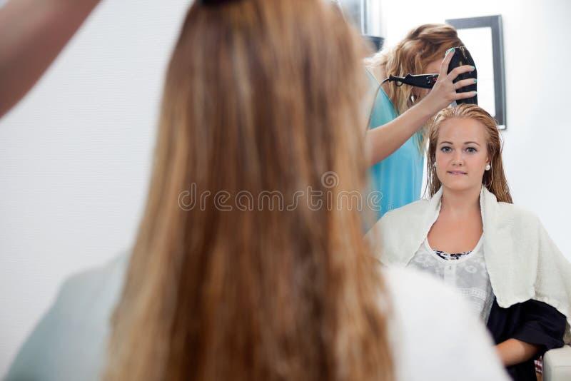 Młoda Kobieta Przy bawialnią zdjęcie royalty free