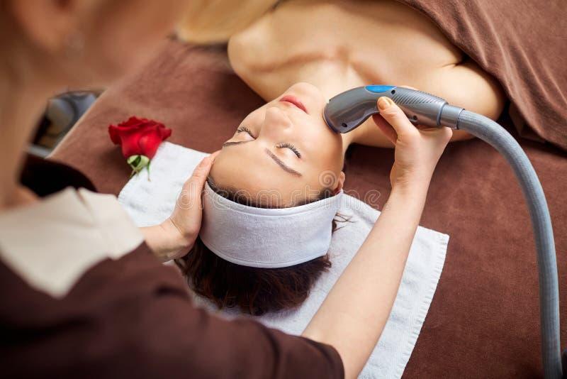 Młoda kobieta przy kosmetyczką w zdroju pokoju obraz royalty free