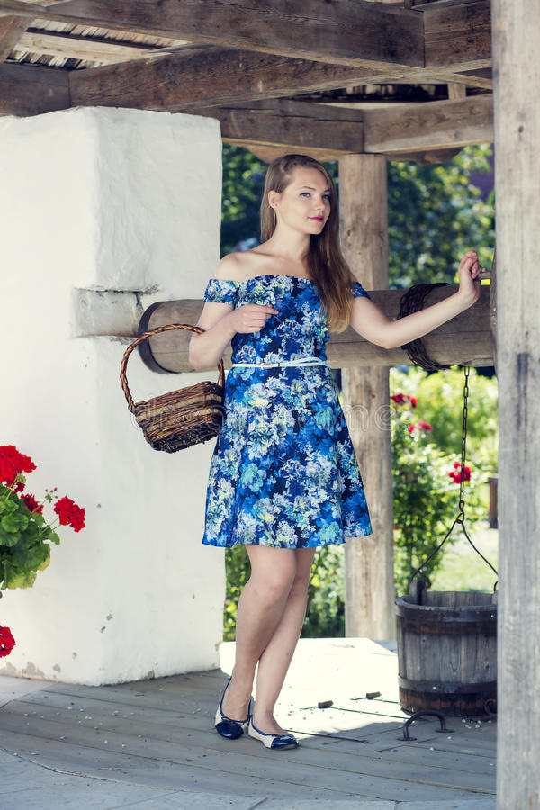 Młoda kobieta przyciągająca wioski well zdjęcia royalty free