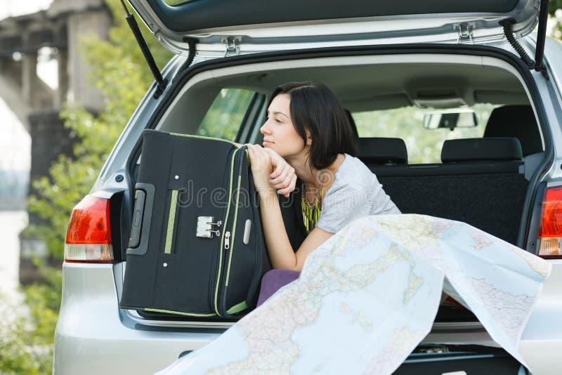 Młoda kobieta przygotowywająca dla wycieczki samochodowej