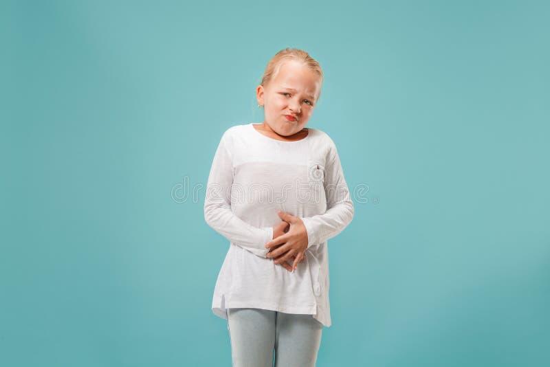 Młoda kobieta przytłaczająca z bólem w żołądku zdjęcia stock
