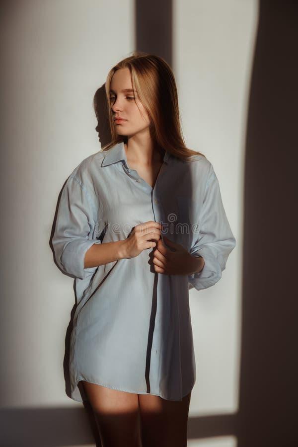 Młoda kobieta ranku odizolowywający światło w domu ocienia pojęcie rozważnego fotografia royalty free