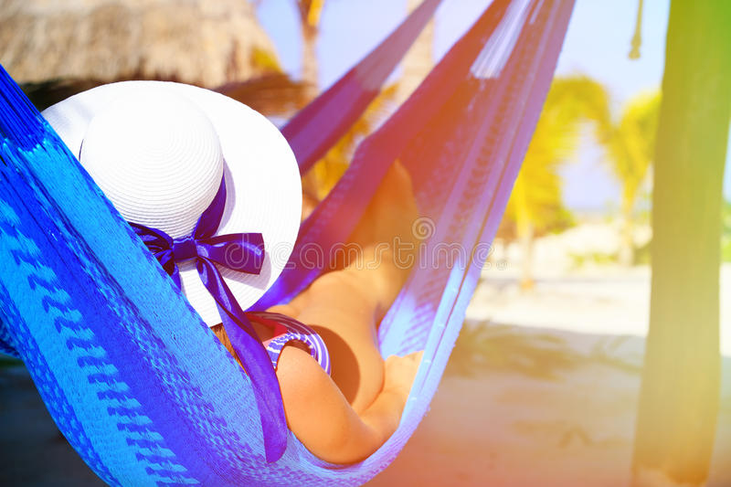 Download Młoda Kobieta Relaksująca W Hamaku Na Plaży Zdjęcie Stock - Obraz złożonej z odpoczynek, odtwarzanie: 53791714