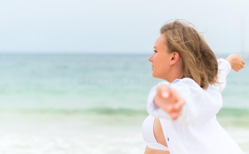 Młoda kobieta relaksuje blisko morza obrazy royalty free