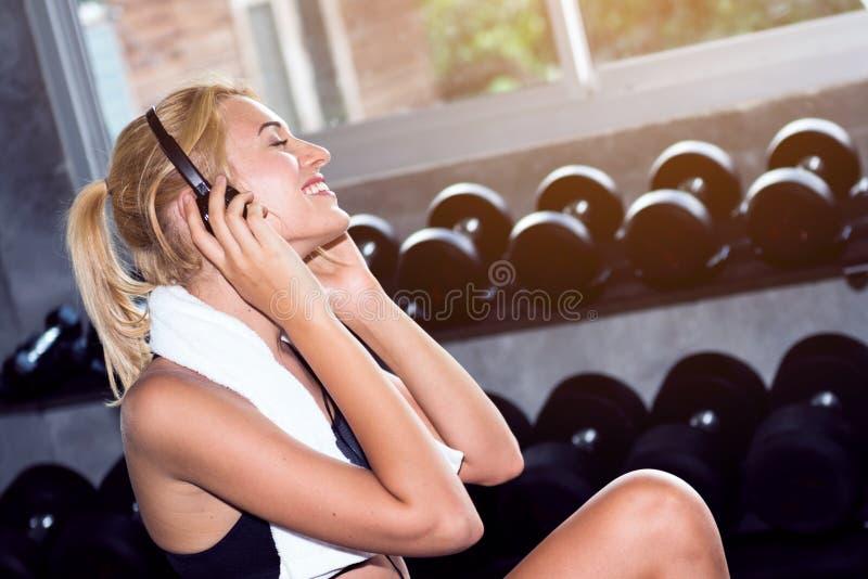 Młoda kobieta relaksuje muzykę i słucha zdjęcia royalty free
