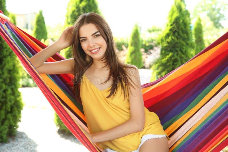 Młoda kobieta relaksuje w hamaku outdoors na letnim dniu obrazy stock