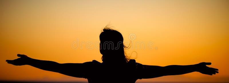 Młoda kobieta relaksuje w lato zmierzchu obraz stock