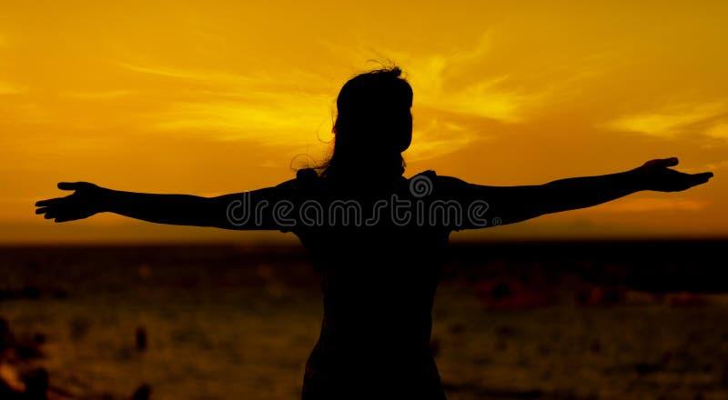 Młoda kobieta relaksuje w lato zmierzchu fotografia royalty free