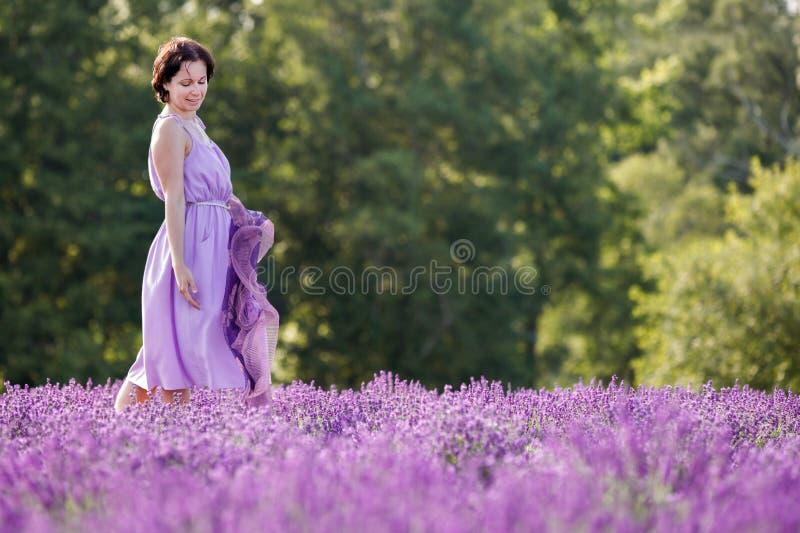 Młoda kobieta relaksuje w lawendy polu zdjęcie stock