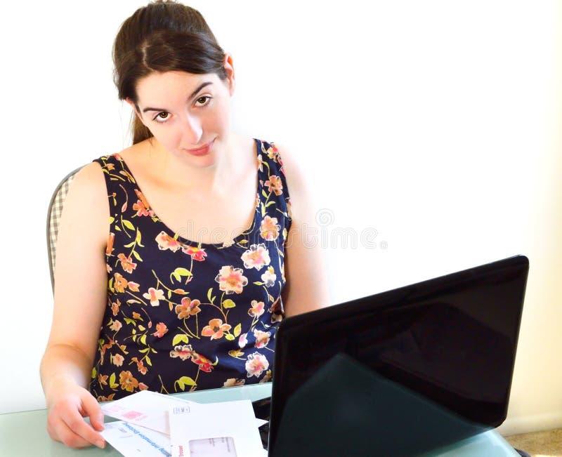 Młoda kobieta rezygnująca wystawiać rachunek płacić obrazy royalty free