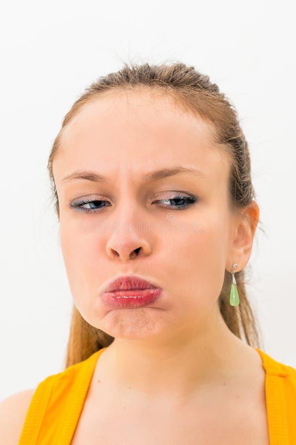 Młoda kobieta robi śmiesznemu grymasowi fotografia stock
