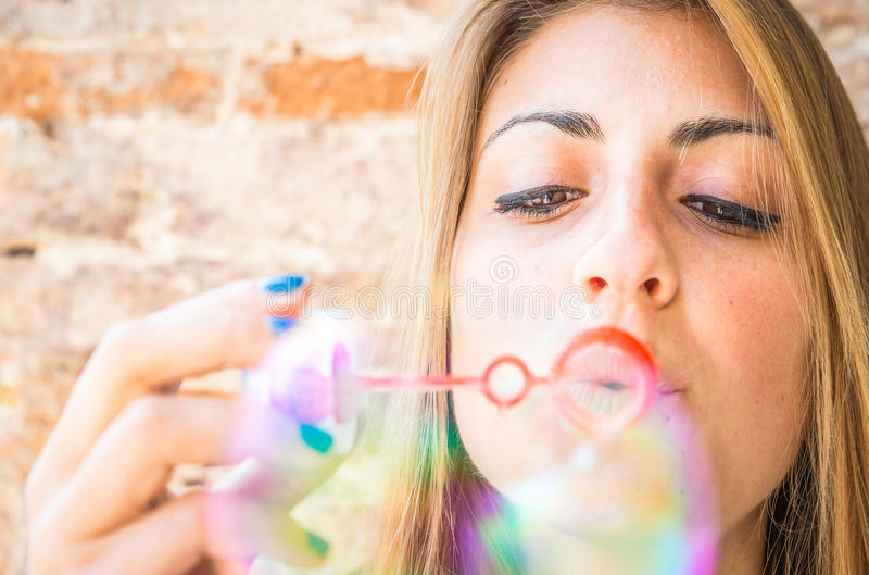 Młoda Kobieta Robi bąblom zdjęcie stock
