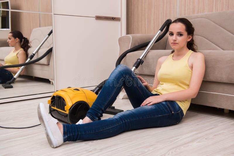Młoda kobieta robi czyścić w domu obraz royalty free