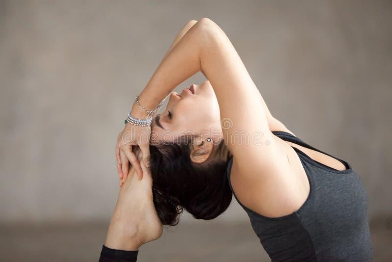 Młoda kobieta robi Jeden Iść na piechotę królewiątka Gołębiego ćwiczenie, zakończenie up zdjęcia royalty free