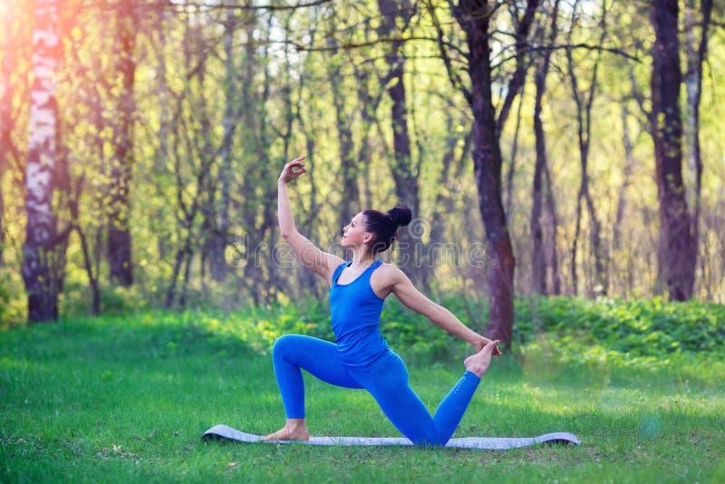 Młoda kobieta robi joga ćwiczy w lata miasta parku Zdrowie stylu życia pojęcie zdjęcia royalty free