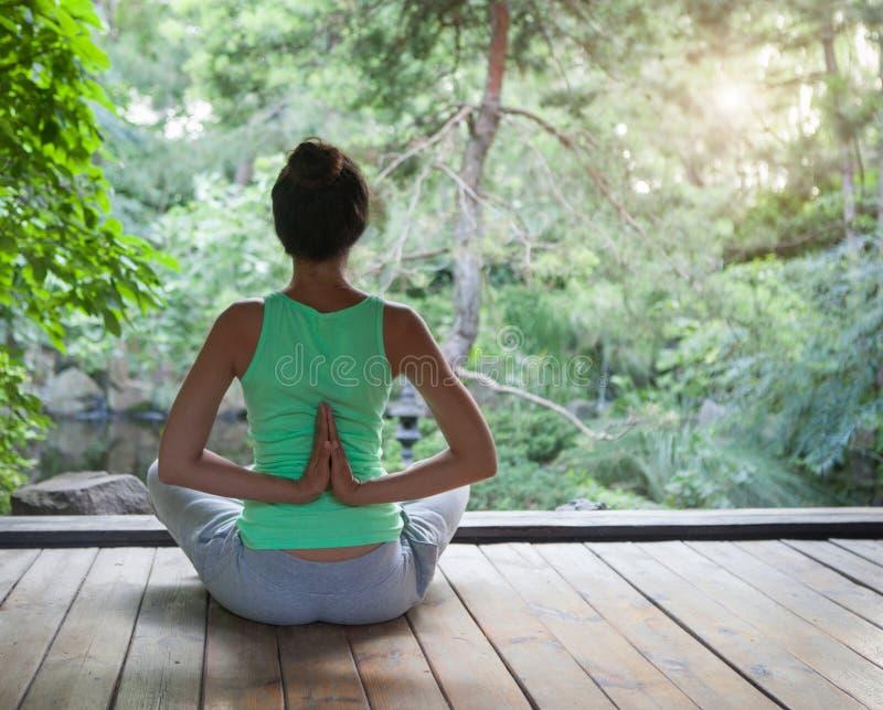 Młoda kobieta robi joga asana w wieczór fotografia royalty free