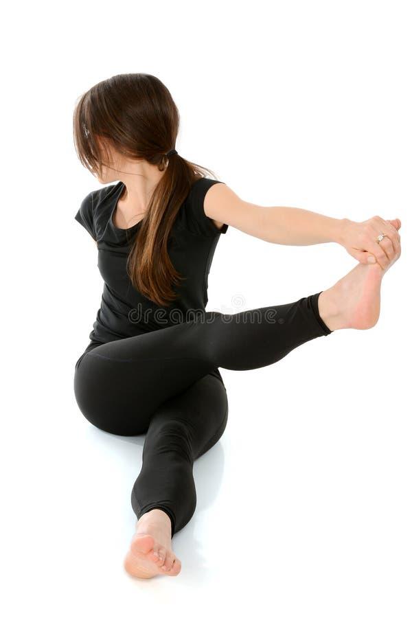 Młoda kobieta robi joga Dandasana skrętowi obrazy stock