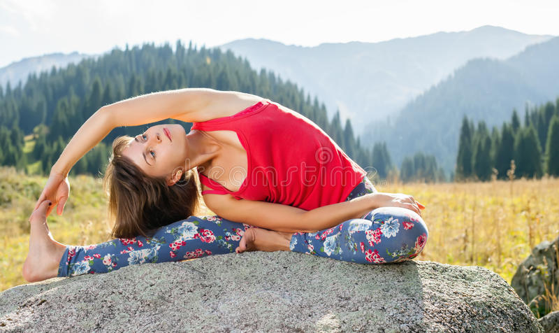 Młoda kobieta robi joga na skale obrazy stock