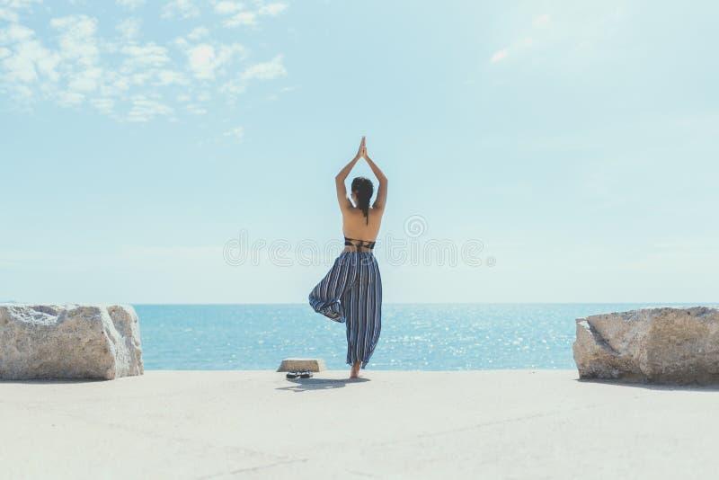 Młoda kobieta robi joga w plaży obraz royalty free