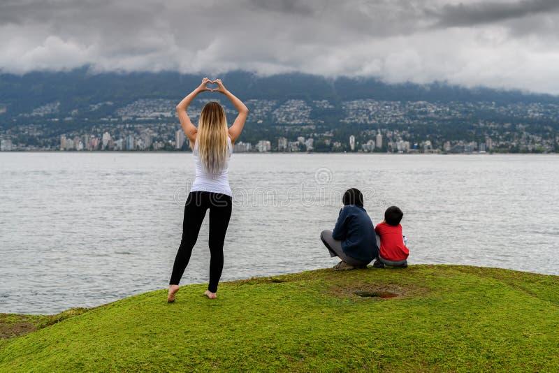Młoda kobieta robi kierowemu kształtowi z rękami w Vancouver miasta agai fotografia stock