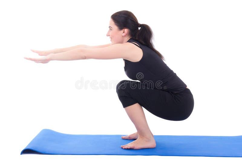 Młoda kobieta robi kucania ćwiczeniu odizolowywającemu na bielu obrazy stock