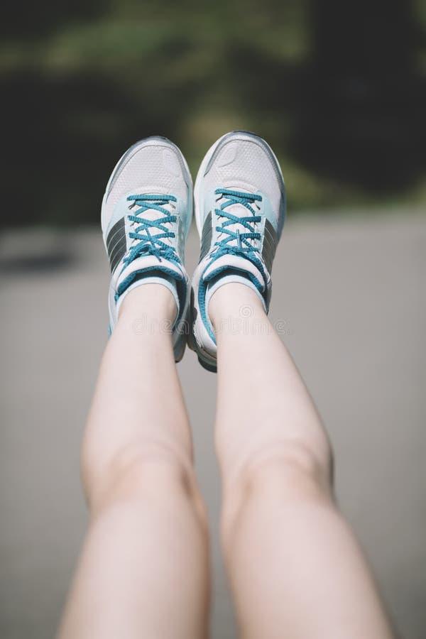 Młoda kobieta robi nóg ćwiczeniom fotografia stock