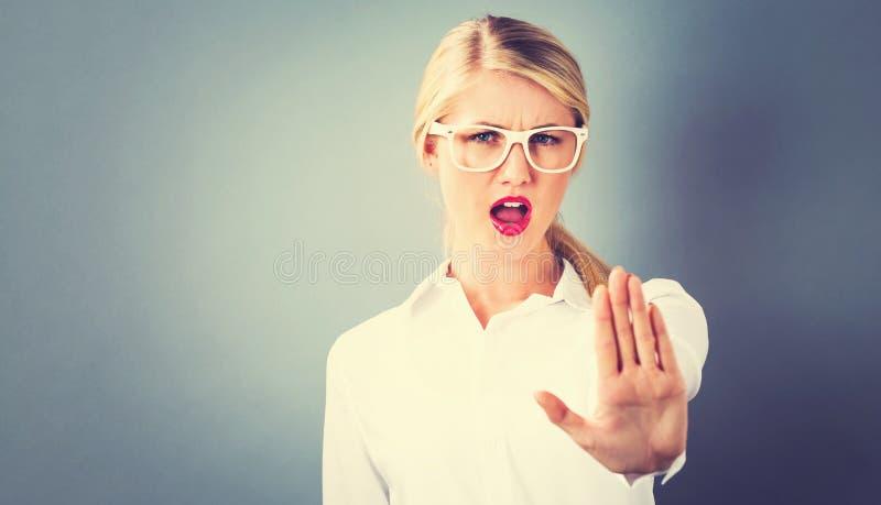 Młoda kobieta robi odrzucenie pozie zdjęcia stock