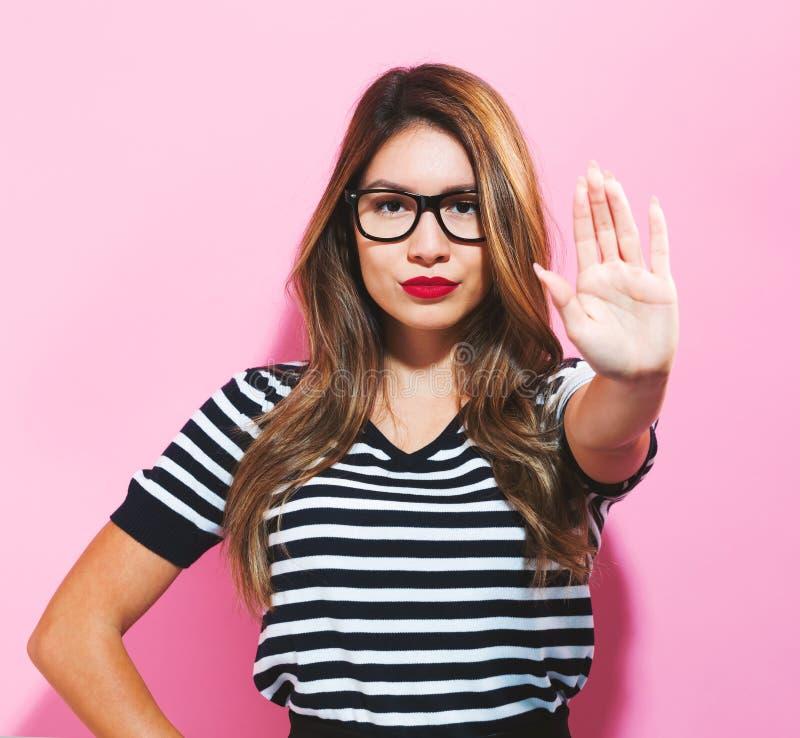 Młoda kobieta robi odrzucenie pozie zdjęcia royalty free