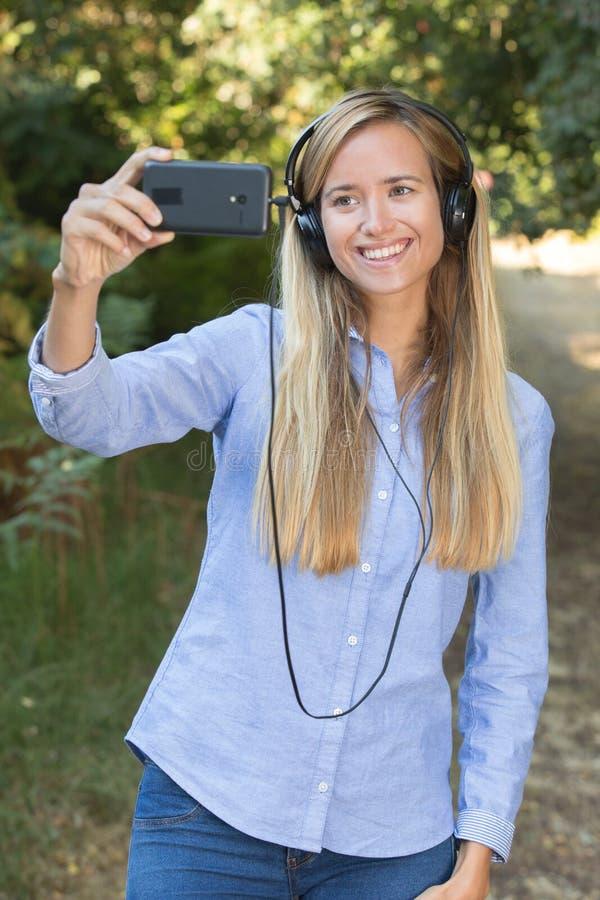 Młoda kobieta robi selfie w naturze zdjęcie royalty free