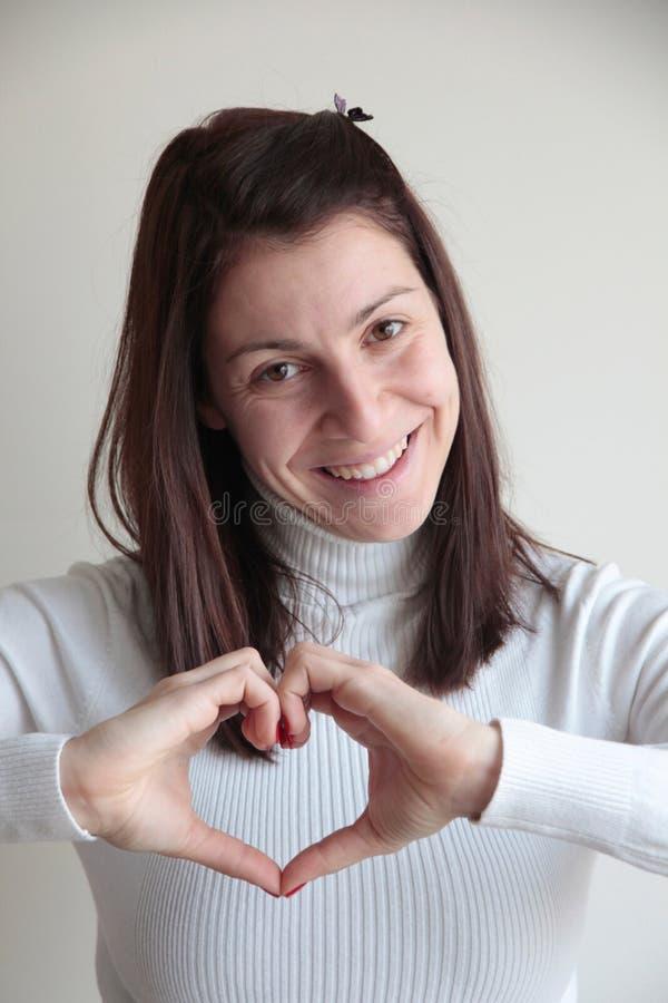 Młoda Kobieta Robi sercu Podpisywać z rękami fotografia royalty free