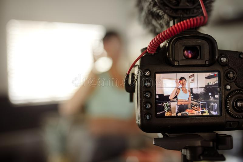 Młoda kobieta robi vlog o zdrowym jedzeniu zdjęcie royalty free