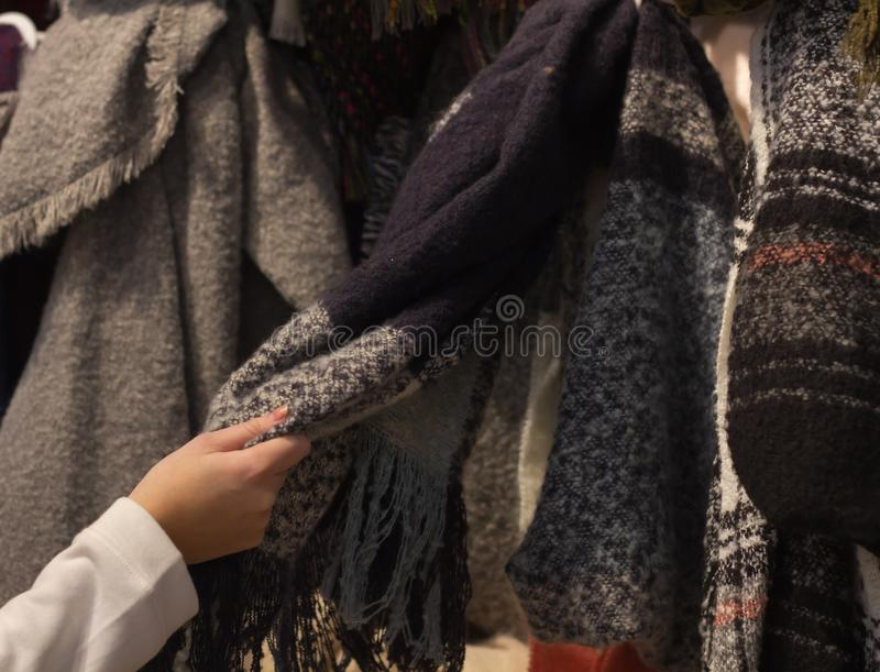 Młoda kobieta Robi zakupy nowego szalika obraz royalty free
