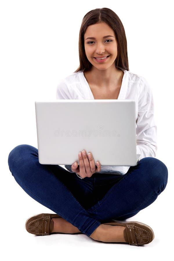 Młoda kobieta robi zakupy online obraz royalty free