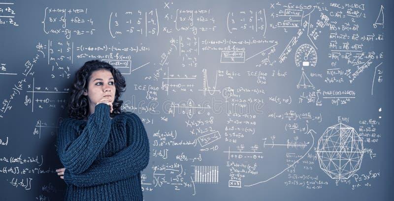 Młoda kobieta rozwiązuje matematyki problema zdjęcia royalty free