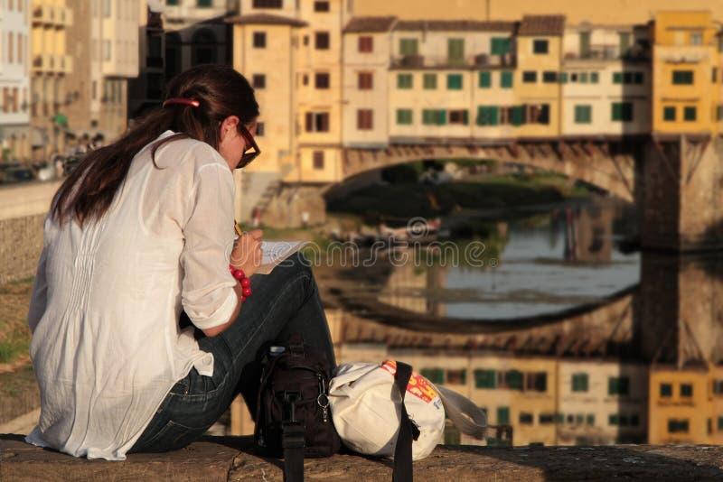Młoda kobieta rysuje Ponte vecchio zdjęcia royalty free