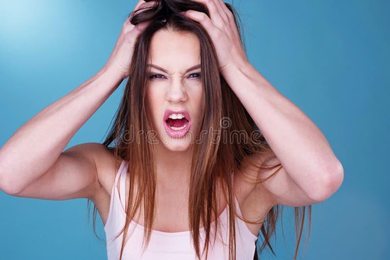 Młoda kobieta rzuca hartowność napad złości zdjęcie stock