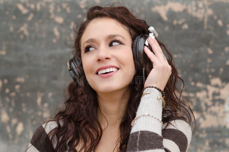 Młoda kobieta słucha muzyka zdjęcia royalty free