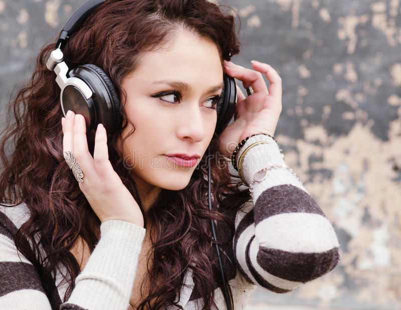 Młoda kobieta słucha muzyka zdjęcie royalty free