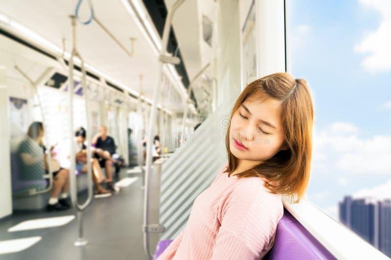 Młoda kobieta sen podczas gdy brać niebo pociąg fotografia royalty free