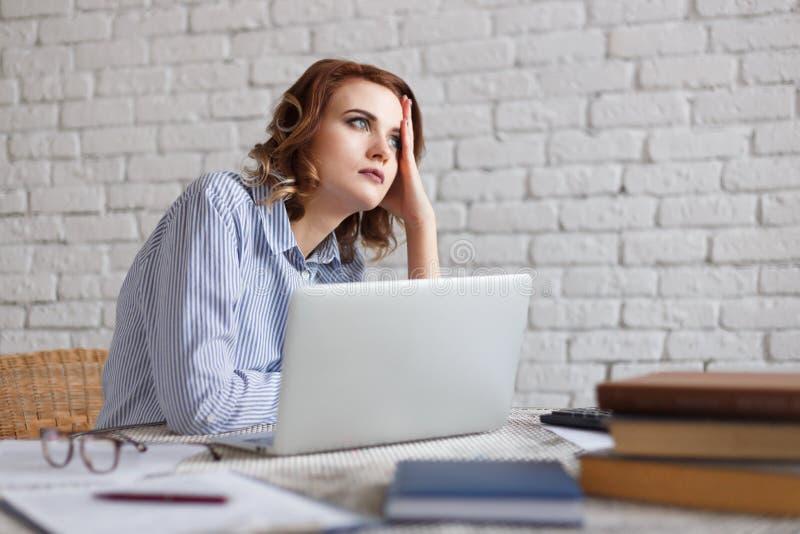 Młoda kobieta sen podczas gdy pracujący przy biurem fotografia stock