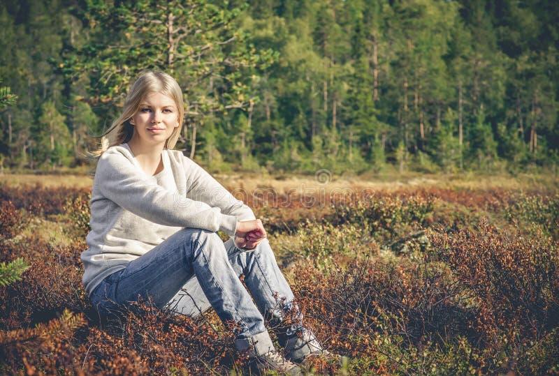 Młoda Kobieta siedzi samotnego chodzącego plenerowego podróż styl życia zdjęcia royalty free
