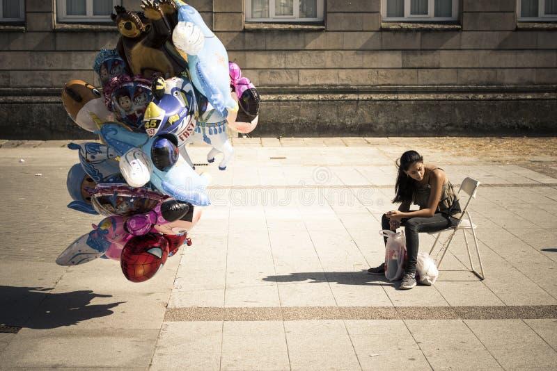 Młoda kobieta, siedzi w krześle, buble szybko się zwiększać fotografia stock