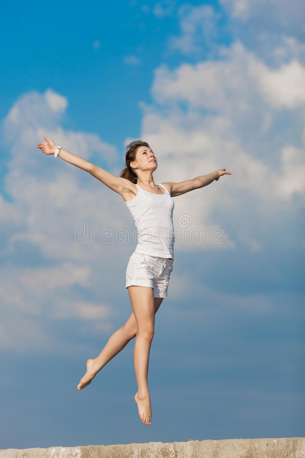 Młoda kobieta skacze outdoors zdjęcia royalty free