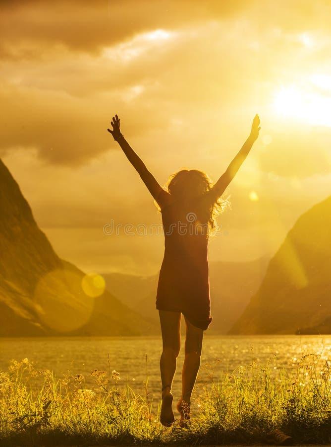 Młoda kobieta skacze w jeziorze fotografia royalty free