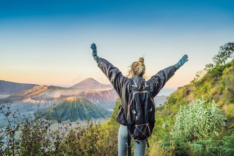 Młoda kobieta spotyka wschód słońca przy Bromo Tengger Semeru parkiem narodowym na Jawa wyspie, Indonezja Cieszy si? obrazy royalty free
