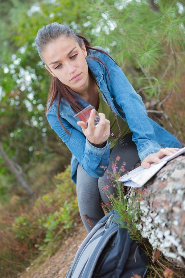 Młoda kobieta sprawdza kompas obrazy royalty free