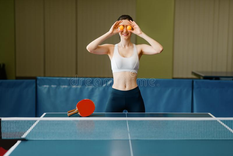 Młoda kobieta stawia śwista pong piłki jej oczy fotografia stock