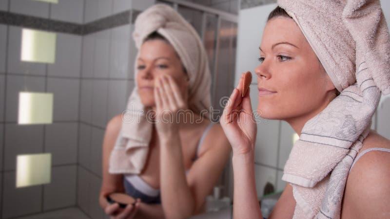 M?oda kobieta stawia dalej uzupe?nia obrazy stock