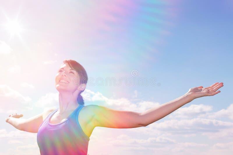 Młoda kobieta stoi outdoors z jej rękami szeroko otwarty zdjęcia stock