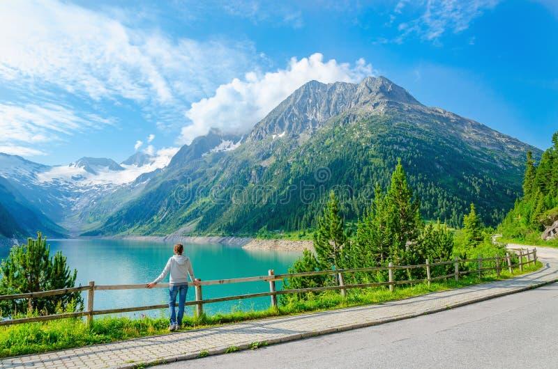 Młoda kobieta stojaki halnym jeziorem, Austria zdjęcie stock
